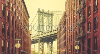 Plakat Retro stylizowany Manhattan Bridge widziany z Dumbo w Nowym Jorku.