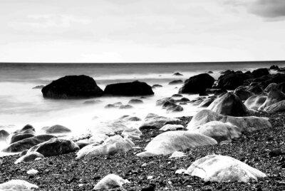 Plakat Rocks przez plaży