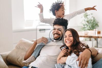 Plakat Rodzinny styl życia portret mama i tata z ich dzieckiem