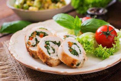 Rolki z kurczaka z zieleni, przyozdobionym z sałatką.