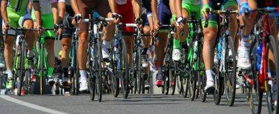 Plakat rowerzyści jeździć podczas międzynarodowego wyścigu