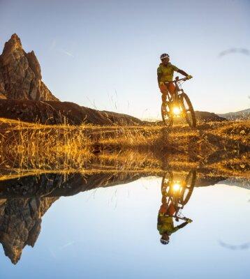 Plakat rowerzystów górskich na jeziorze