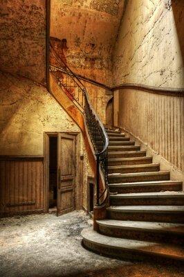 Plakat Rozkładających się schody w opuszczonym biurze centralnym
