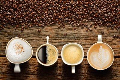 Plakat Różnorodność filiżanek kawy i ziarna kawy na starym drewnianym stole