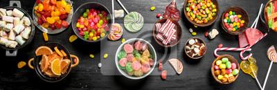 Plakat Różny słodki cukierek, galareta i candied w pucharze.