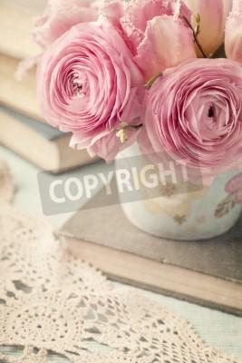 Plakat Różowe kwiaty i stare książki