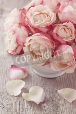 Plakat Różowe róże i płatki na drewniane biurko