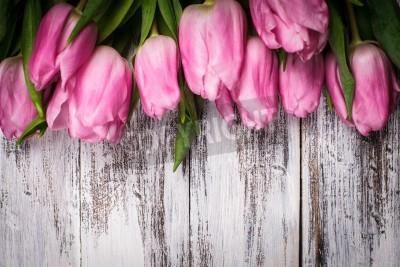 Plakat Różowe tulipany na obskurnym białym drewnianym stole