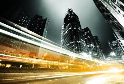 Plakat ruch w Hongkongu w nocy