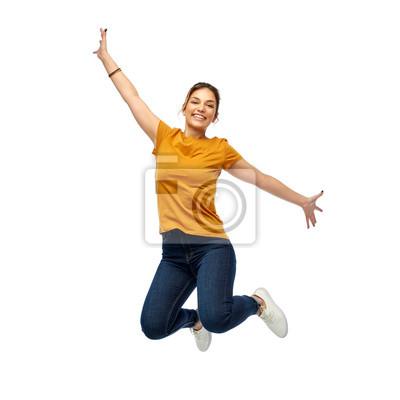 Plakat ruch, wolność i ludzie pojęć, - szczęśliwa młoda kobieta lub nastoletnia dziewczyna skacze nad białym tłem