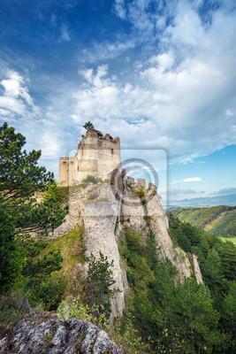 Plakat Ruiny średniowiecznego zamku Lietava na skalistym ostrzu, w pobliżu miasta Żylina, Słowacja, Europa.