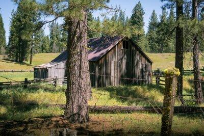 Plakat Rustic Farm Barn in Sierra Nevada Mountains, California