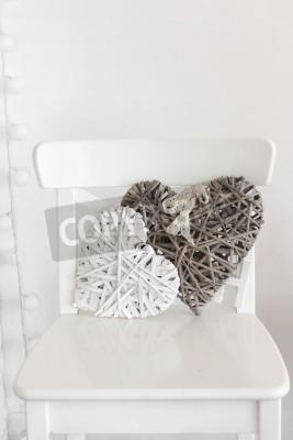 Plakat Rustykalny wystrój na białym shabby chic krześle pod ścianą
