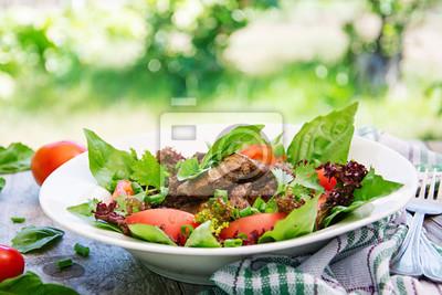Sałatka mięsna z wątróbką i świeżymi warzywami.