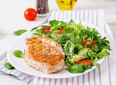 Sałatka z kurczakiem. Zdrowe jedzenie.