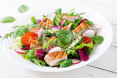 Sałatka ze świeżych warzyw z grillowaną piersią kurczaka - pomidory, ogórki, rzodkiewka i mix liści sałaty. Sałatka z kurczakiem. Zdrowe jedzenie.