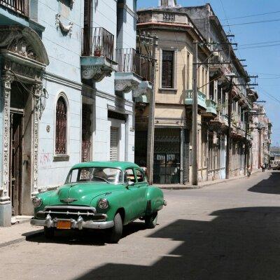 Plakat samochód jest zaparkowany w starym centrum Hawanie