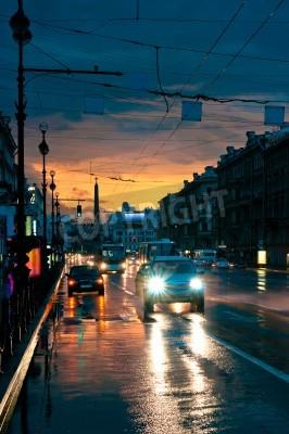 Plakat Samochody na mokrej drodze w nocy w centrum miasta