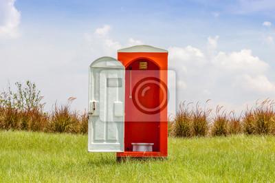 Plakat Samodzielny czerwonego WC z białym drzwi otwarte przeciwieństwie Gree