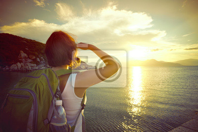 Samotnie patrząc na zachód słońca na wyspach
