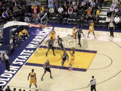 Plakat San Antonio Spurs 103 vs Golden State Warriors 91: Warriors Monta Ellis idzie w górę do wyskoku przeciwko Spurs, jak inni gracze są w ruchu. Środa, 16 grudnia 2009. 19:30 rozpocznie się czas w Oracle
