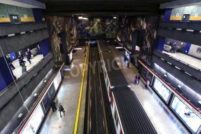 Plakat Santiago de Chile, Chile - 24 października stacja metra, pociąg przybędzie do stacji metra w centrum miasta, 24 października 2013 roku, Santiago de Chile, Chile