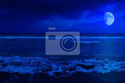 Plakat Scena nocy w opuszczonym plaży z księżycem