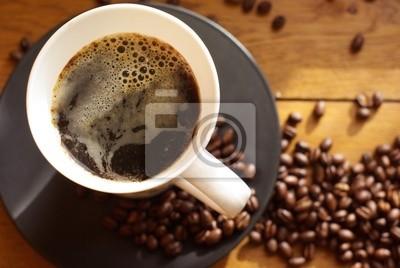 Plakat Schwarzer Kaffee mit schaum und kaffeebohnen