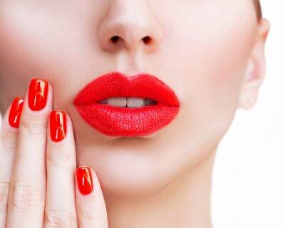 Plakat Seksowne czerwone usta i paznokcie zbliżenie. Otwarte usta. Manicure i makijaż. Make up koncepcji. Kiss.Beautiful model młodych twarzy z bliska z czerwonymi ustami i czerwony manicure.
