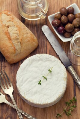 Plakat ser z chleba, oliwek i białego wina