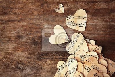 Plakat serc papieru z nuty na drewnianym tle