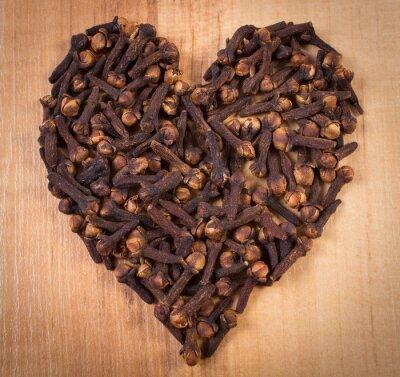 Plakat Serce goździki na drewnianym stole, przyprawa do gotowania