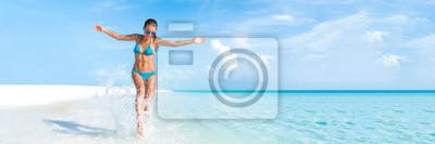 Plakat Sexy bikini ciało kobieta zabawny w Raju tropikalna plaża zabawy grając rozpryskiwania wody na wolności z otwartymi ramionami. Piękne ciało dziewczynka napad na wakacje podróży. Banner uprawy copyspac