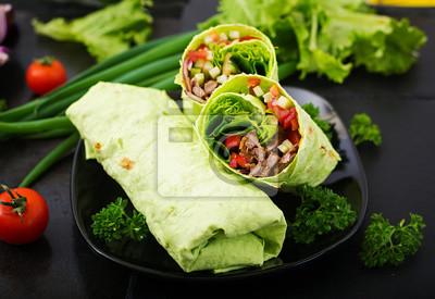 Shawarma z soczystej wołowiny, sałaty, pomidorów, ogórków, papryki i cebuli w chlebie pita z szpinakiem. Menu dietetyczne