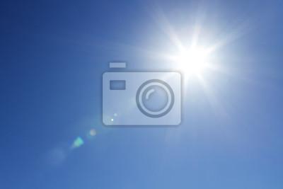 Plakat Shining słońca na jasne błękitne niebo z miejsca kopiowania