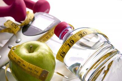 Plakat Skala z hantle butelka jabłko i centymetrem podniesionymi widoku