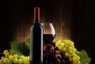 Plakat Skład ze szkła, butelka czerwonego wina i świeżych winogron