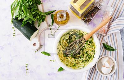 Składniki do gotowania frittata z cukinią, serem i bazylią. Przydatne śniadanie. Włoski omlet. Widok z góry. Leżał płasko.