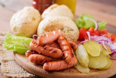 Składniki do produkcji Hot dog - kanapka z ogórków, czerwona cebula i sałaty