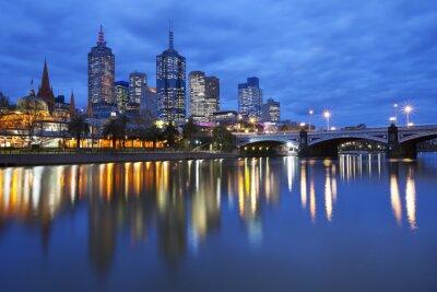 Plakat Skyline w Melbourne w Australii w poprzek rzeki Yarra w nocy