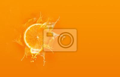 Plakat Slajd kawałek pomarańczowy spadek na pomarańczowym tle z soku pomarańczowego powitalny wody z miejsca na kopię
