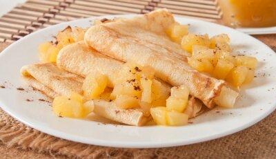 Słodkie naleśniki z jabłkiem i śmietaną karmel