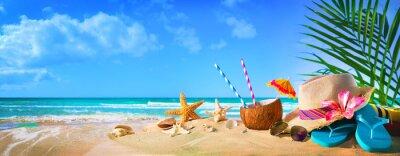 Plakat Słomiany kapelusz i okulary przeciwsłoneczni na plaży