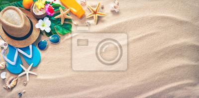 Plakat Słomkowy kapelusz z egzotycznych koktajl i okulary na piaszczystej plaży