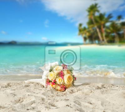 Ślub bukiet z róż na brzegu tropikalnej plaży