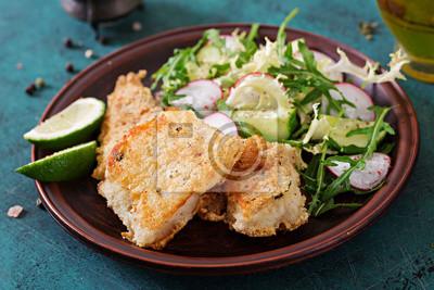 Smażona biała filet z ryby i sałatka z ogórka i rzodkiewki