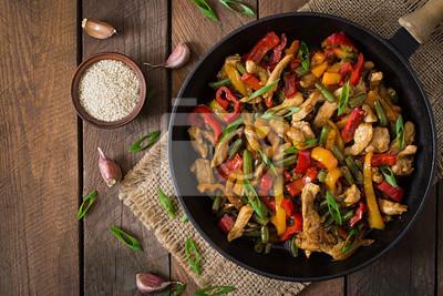Smażyć kurczaka, papryki i zielonej fasoli. Widok z góry