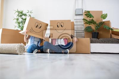 Plakat Śmieszna młoda para cieszyć się i świętuje przejście do nowego domu