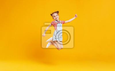 Plakat śmieszne dziecko dziewczynka skoki na kolorowym żółtym tle