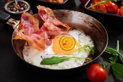 Śniadanie angielskie - jajko smażone, fasola, pomidory, grzyby, boczek i tosty